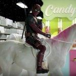 """Deadpool """"si svende"""" promuovendo dei sandwich su un unicorno bianco e rosa nel nuovo spot della Devour"""