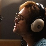 Rocketman: Taron Egerton è Elton John in una nuova immagine del biopic