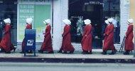 The Handmaid's Tale: le ancelle invadono West Hollywood nella campagna di Hulu per gli Emmy