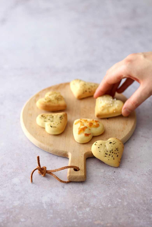Herzhafte Cracker mit Käse