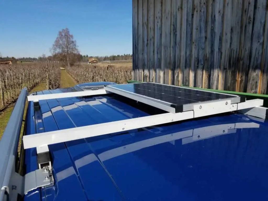 Solarmodul an der selbstgebauten Halterung auf dem VW T5 Transporter Dach befestigt.