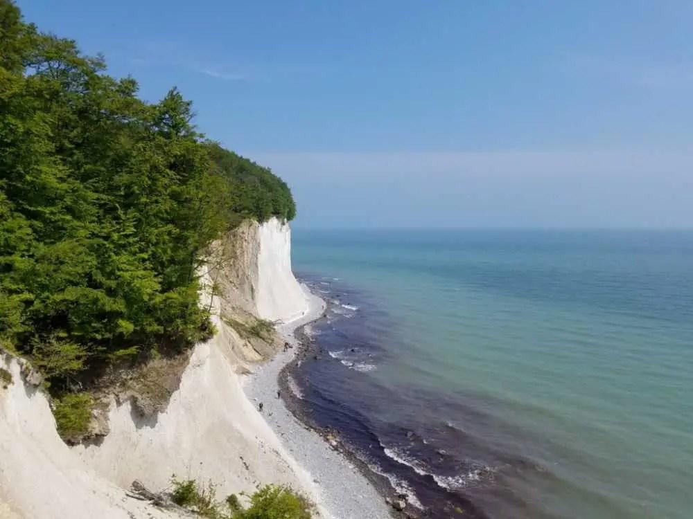 Kreideküste im Jasmund Nationalpark auf Rügen. Wanderung im Mai.