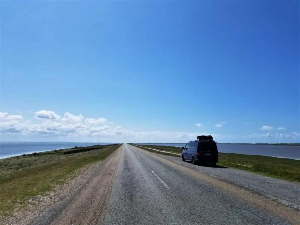 Die endlos wirkende Straße auf der Agger Tange an der Westküste von Dänemark