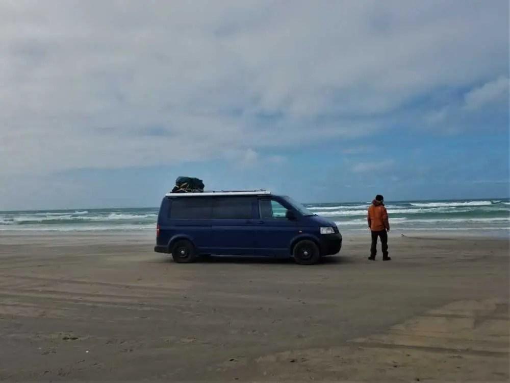 Mit dem Auto oder Camper auf den Strand fahren in Dänemark.