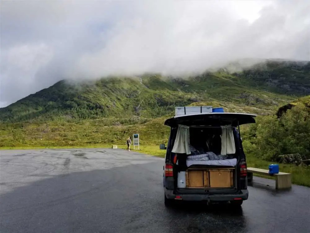 In Norwegen zwischen Fjorde und Berge bei kalten und nassen Wetter.
