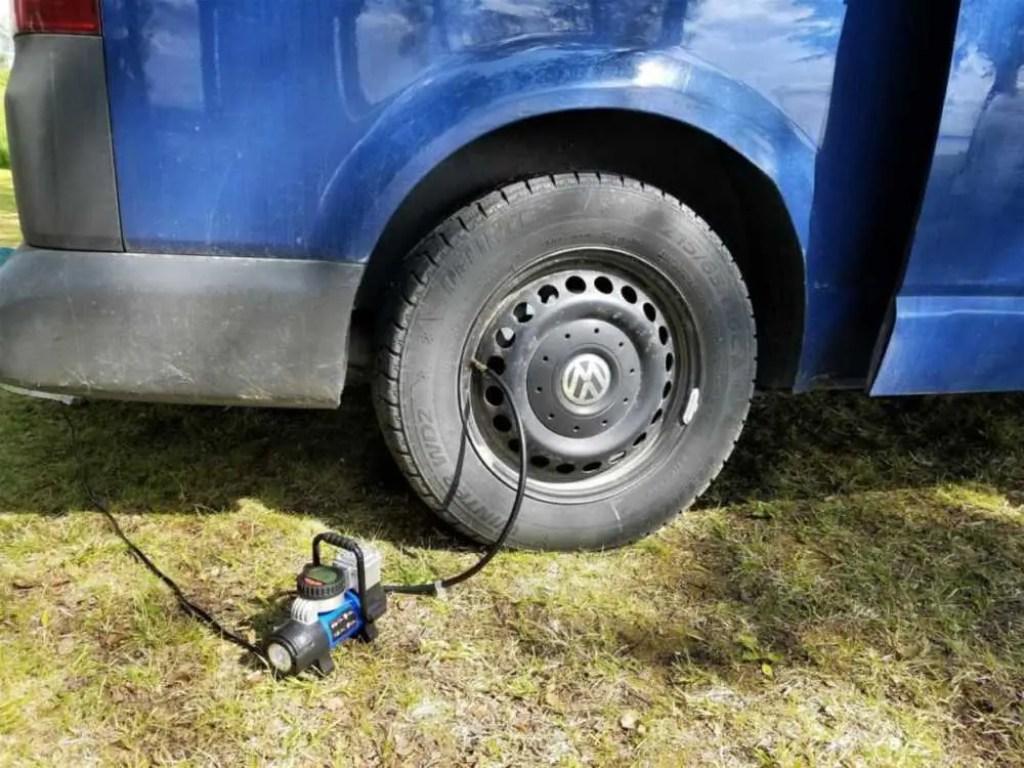 Mit einem Mini-Kompressor, pumpte ich regelmäßig Luft in den defekten Reifen.
