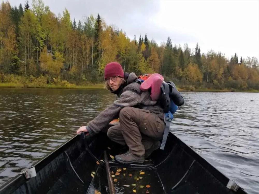 Mit einem kleinen Boot queren wir den Fluss zu Aulis Hütte.