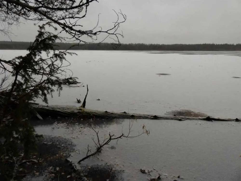 Zugefrorene Seen im Herbst in Finnland