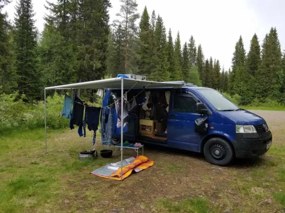 Wir trocknen unsere Wäsche unter der Camper Markise als es regnet.