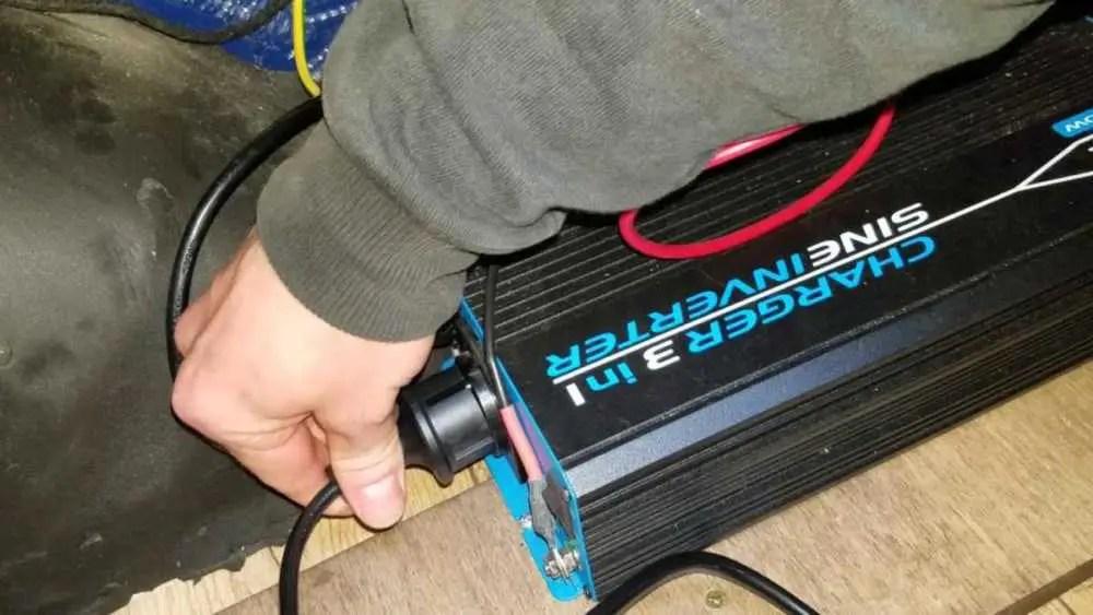 Starthilfe im Camper durch Bordbatterie und Wechselrichter