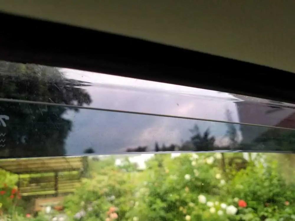 Windabweiser. Das Fenster ist nur ein Stück geöffnet. So funktioniert der Windabweiser und schützt vor Regen und Wind