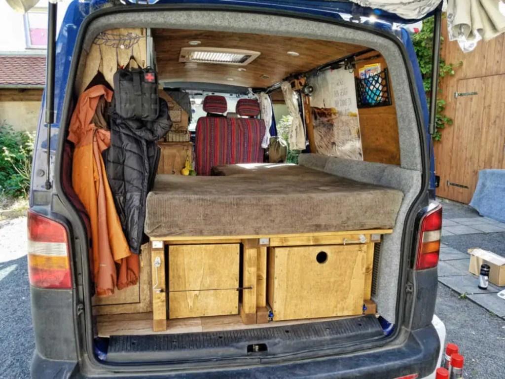 Karosserie und Kunststoffteile im Camper mit Filz bekleben.