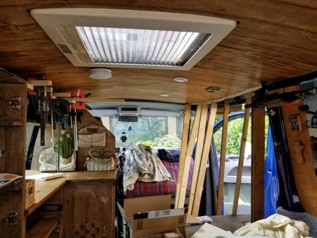 Befestigung der T-Schienen im Camper für die blickdichten Vorhänge