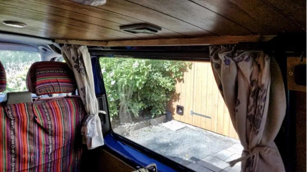 Holzverkleidung für die Vorhänge im Camper. T-Schiene für Vorhänge