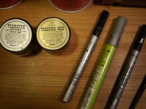 Farben und Stifte für Details