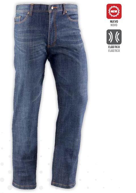 Pantalón vaquero con cierre de cremallera y botón. Dispone de dos bolsillos frontales y dos traseros.