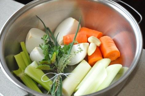 Imagem Pinterest: Misture os legumes que seu filho não come, ferva com as verduras e temperos por 10 minutos, coe e substitua a água pelo caldo de legumes na cocção de arro, macarrão e feijão :)
