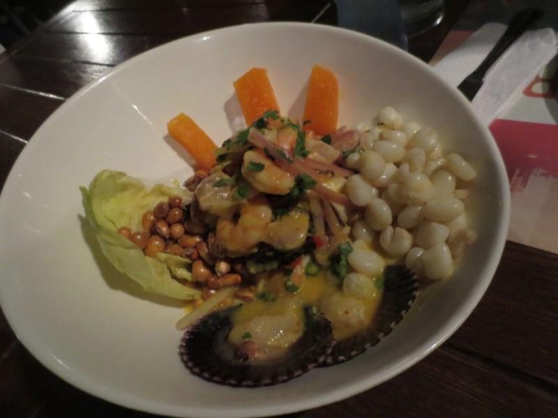 Diferentes tipos de milho presentes na gastronomia peruana. O branco (à direita) e o amarelo (em cima do alface).