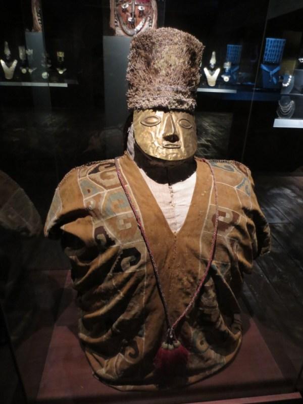 Múmia (o corpo mumificado em posição fetal está dentro deste boneco até hoje)