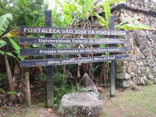 Placa na entrada do forte