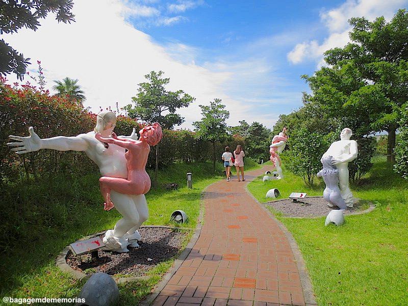 140 esculturas eróticas espalhadas pelo parque