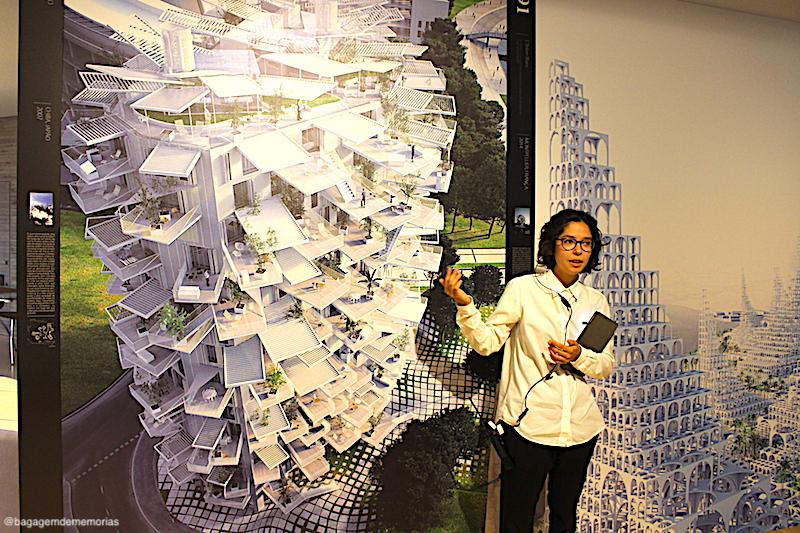 Visita guiada em uma das exposições da Japan House