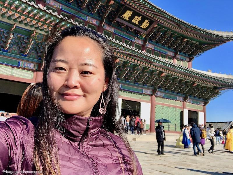 Conexão Coréia do Sul - A cara de sono de quem estava dias voando em uma viagem com 3 conexões, mas conseguiu aproveitar o tempo de trânsito na Coréia do Sul.