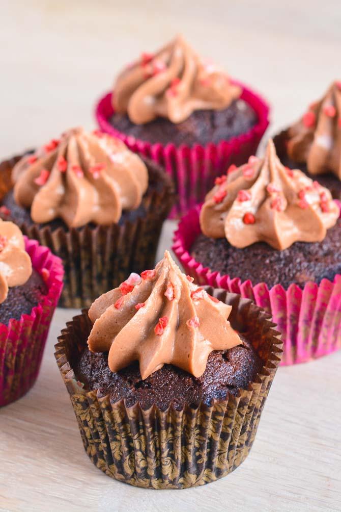 Svampede chokolade cupcakes opskrift fra Bageglad