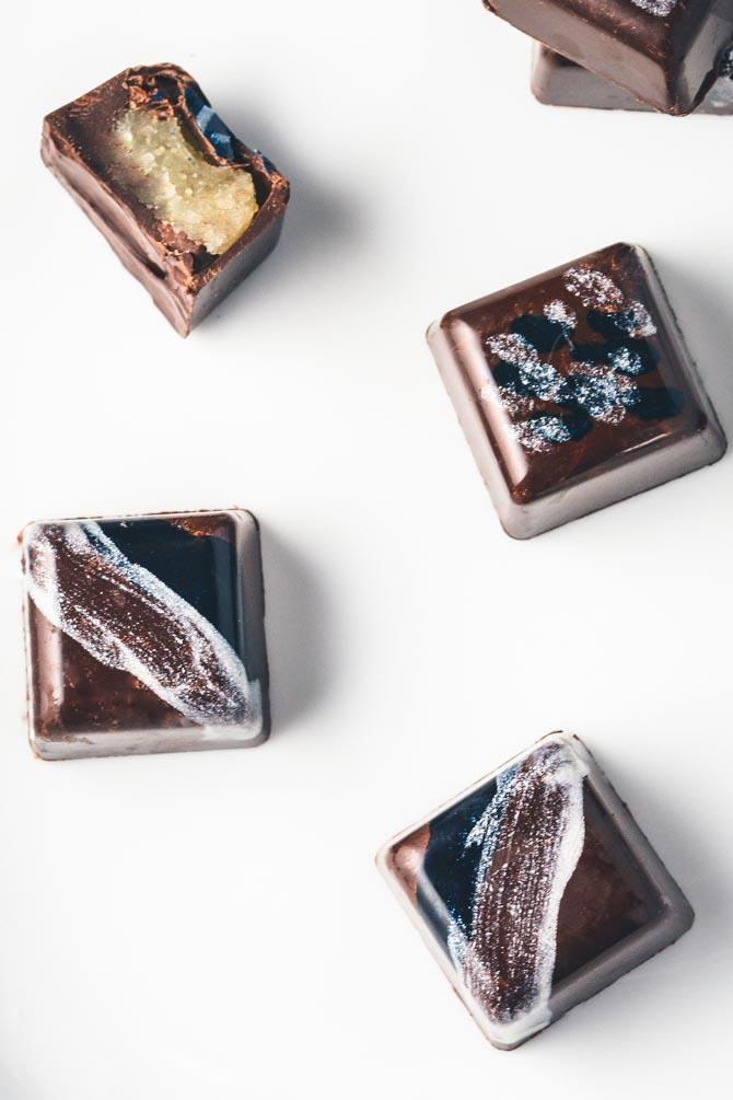 Farvet chokolade med marcipan