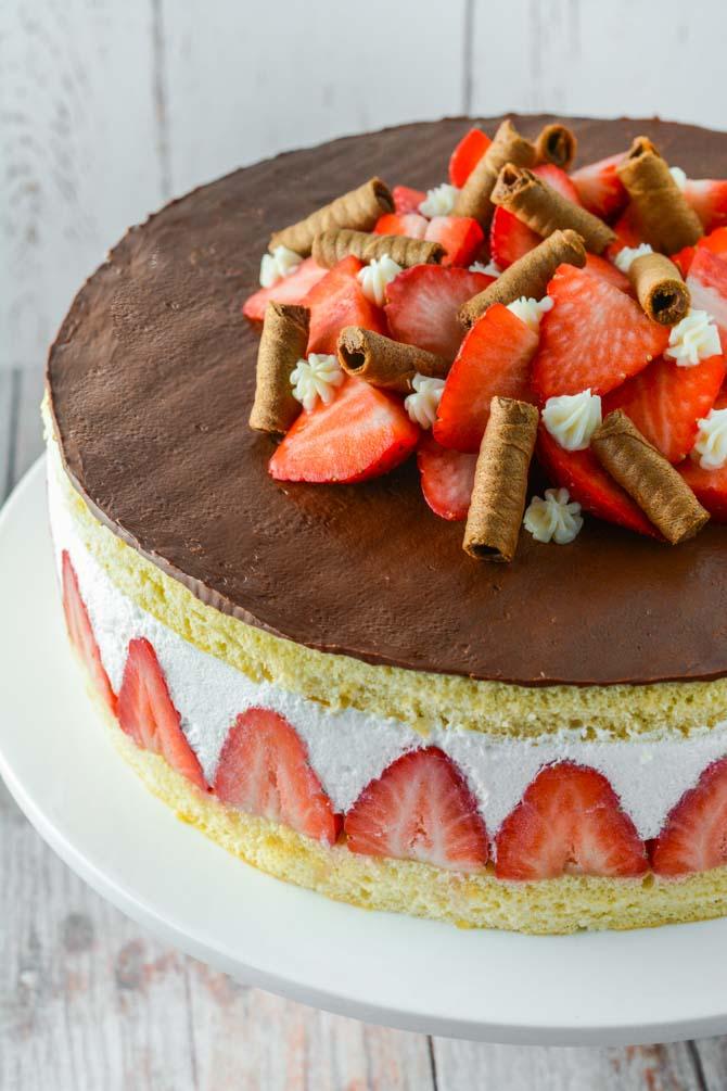 Lagkage med jordbær og hyldeblomstmousse
