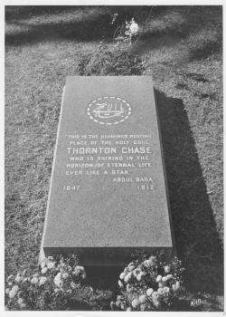 قبر تشيس ثورنتون ، إنجلوود ، كاليفورنيا. المحفوظات الوطنية البهائية ، الولايات المتحدة.