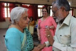 M. Janak Palta McGilligan (à gauche) s'entretenant avec un membre de l'auditoire ; Mme Shirin Mahalati est à l'arrière-plan.