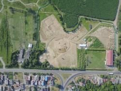 Une partie du terrain de 13 hectares montrant le site de la future maison d'adoration locale et une partie du site du Bosque Nativo, ainsi que certains quartiers environnants.