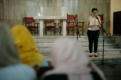 Leila Sant Massarat, une représentante de la communauté bahá'íe et la présidente de la conférence, a fait part de quelques remarques sur les contributions des groupes religieux dans le soutien et l'accueil des réfugiés.