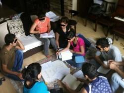 Des étudiants de l'IBES se rassemblent dans un salon pour étudier. (Photo de courtoisie de la Communauté internationale bahá'íe)