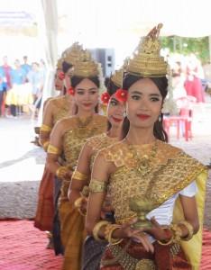 Les couleurs vives, la musique et la splendeur de la culture cambodgienne étaient à l'honneur au cours du programme du matin, qui a commencé par des prières et une danse traditionnelle.