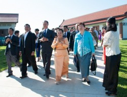 La représentante de la Maison universelle de justice, Mme Sokuntheary Reth (au centre), s'entretenant avec des représentants du gouvernement et  de la communauté bahá'íe.