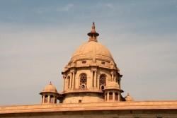 Le Secretariat Building à New Delhi. En Inde, le président et le Premier ministre ont adressé des messages à la communauté bahá'íe à l'occasion de l'anniversaire du bicentenaire de la naissance de Bahá'u'lláh. (Crédit photo Wikipedia commons, copyright Christian Haugen)