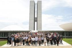 Participants à la séance solennelle du 29 novembre devant le bâtiment de la Chambre des députés à Brasilia, au Brésil