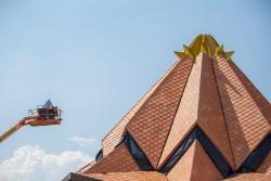 Mise en place de la couronne au sommet du toit du temple de Colombie