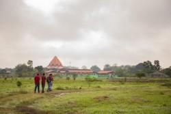 Les membres de la communauté marchent dans les jardins autour du temple. Le terrain à cet endroit est déjà devenu un refuge pour les visiteurs pour trouver la paix, méditer, et profiter de la beauté de l'environnement naturel.