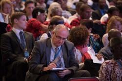 Les délégués à la Convention internationale, composée des membres de toutes les assemblées nationales bahá'íes, votent à bulletin secret pour les neuf personnes qui, selon eux, sont les plus à même de devenir membres de la Maison de justice.