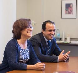 Zoraida Garcia Garro (à gauche) et Saba Mazza, membres du Conseil continental de conseillers pour l'Europe, souriants, lors d'une conversation avec d'autres conseillers.