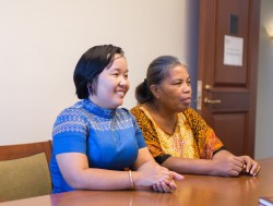 Sokumtheary Reth (à gauche), une conseillère du Cambodge, et Ritia Bakineti, une collègue du Kiribati, écoutent attentivement une conversation sur le rôle des jeunes dans leurs communautés.
