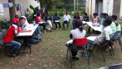 Un groupe d'étudiants universitaires se concerte au cours du séminaire au Kenya.