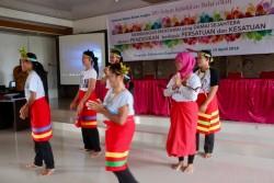 Les enseignants des écoles créées par l'YBTI exécutant une danse traditionnelle mentawaï lors d'une session du séminaire qui s'est tenu en avril.