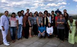 Des participants à une réunion nationale à Brasilia, au Brésil, co-organisée par la communauté bahá'íe du Brésil, posant pour une photo de groupe. L'espace a réuni des chercheurs et des représentants d'organisations de la société civile afin d'explorer comment la religion pouvait contribuer à la construction d'un monde dans lequel la coopération, l'harmonie et la justice occupent une place centrale.