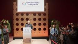 Le secrétaire général des Nations unies, António Guterres (au podium), prenant la parole lors de la réception d'ouverture de la conférence des Nations unies sur les migrations, à Marrakech, au Maroc. (Photo ONU/Mark Garten)