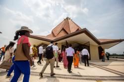 Participants entrant dans le temple de Colombie pour leur première visite lors de la cérémonie d'inauguration du 22 juillet. Cinq groupes d'environ 220 personnes chacun ont occupé le temple pour un programme de dévotion, qui comprenait des prières et des lectures tirées des écrits bahá'ís.