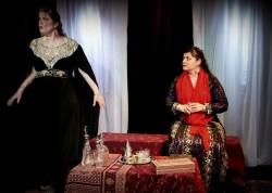 L'école d'été Sud a accueilli une représentation partielle de la pièce de théâtre « La femme dévoilée » de Malène Daquin, qui porte sur la dernière partie de la vie de Tahirih, quand elle a été emprisonnée et finalement exécutée pour sa croyance au Báb.